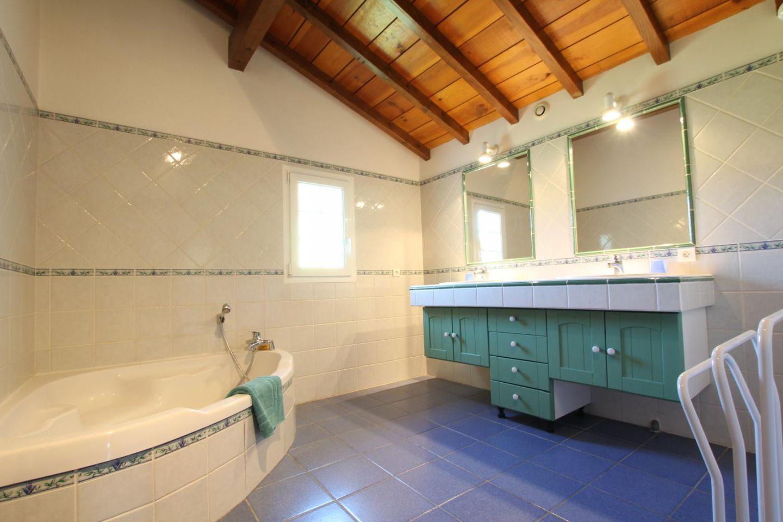 maison-pouchulu-salle-de-bain-ibarolle