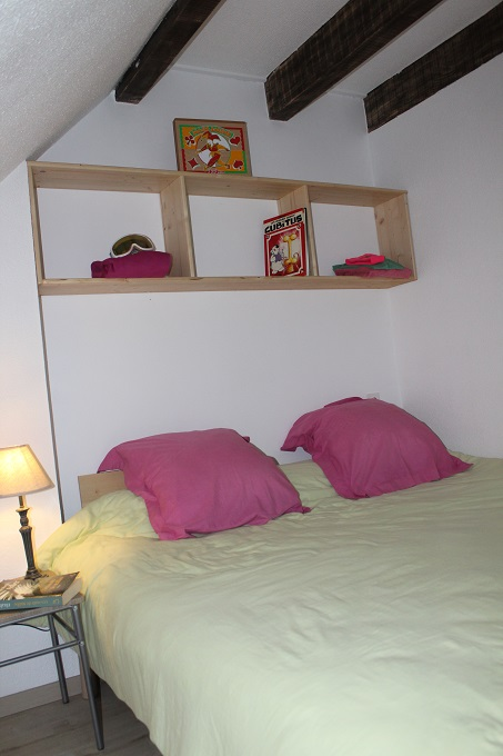 version un grand lit chambre cote village gite des 4 chardons -